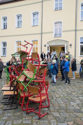 """Kunstprojekt """"100 Stühle plaudern aus der Alten Schule"""""""